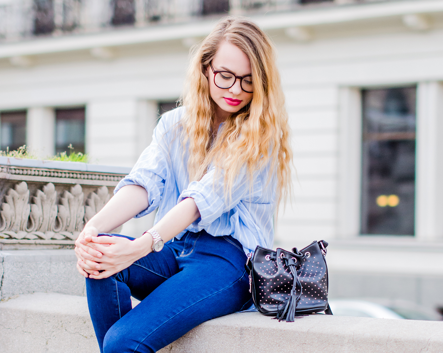 relaxed-outfit-oversized-shirt-ripped-jeans-geek-glasses (7)