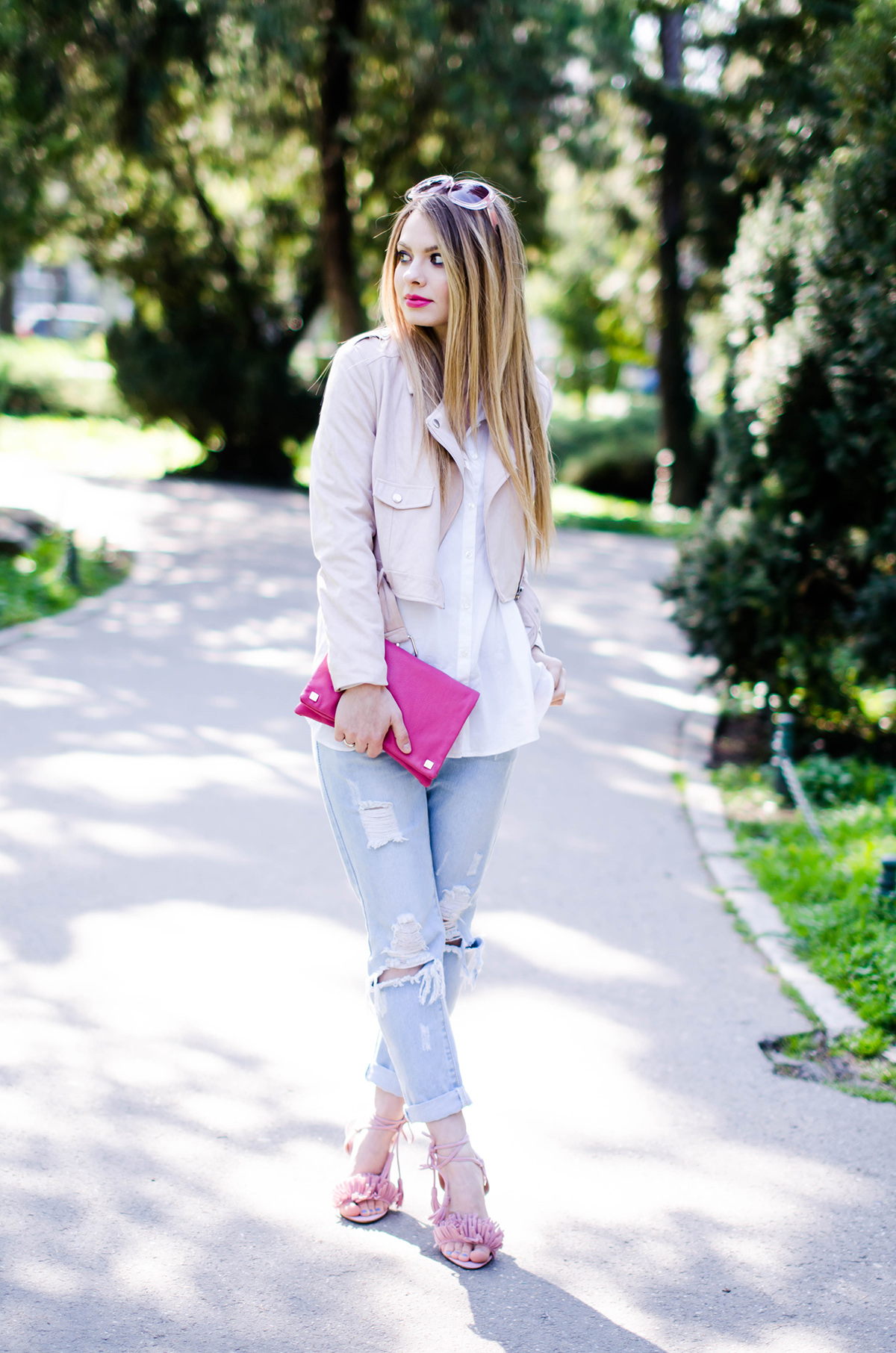 ripped-jeans-pink-suede-jacket-missguided-tassels-sandals-outfit (3)