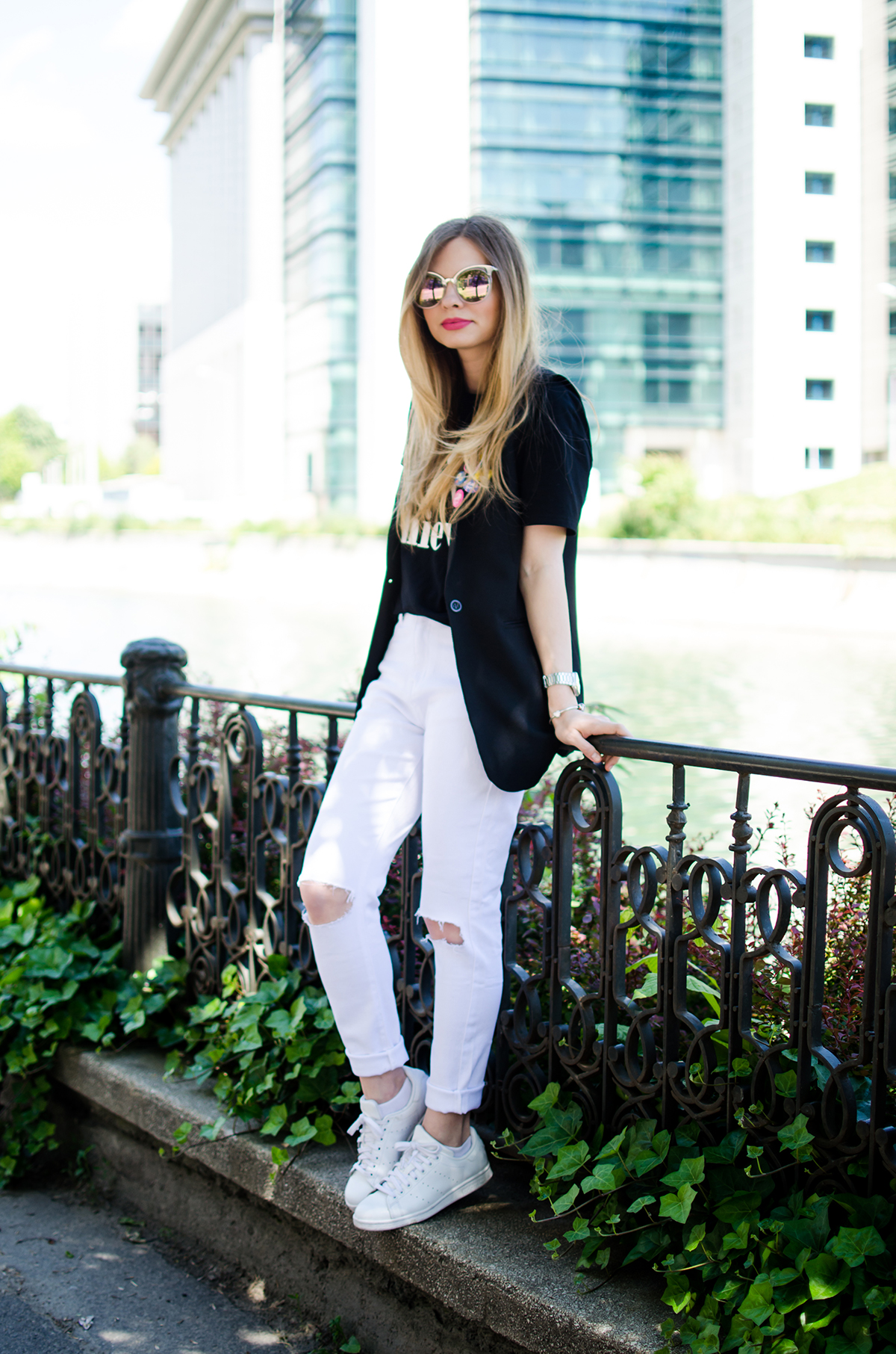 black-and-white-outfit-ripped-white-jeans-black-vest-colorful-pins-stan-smith (2)