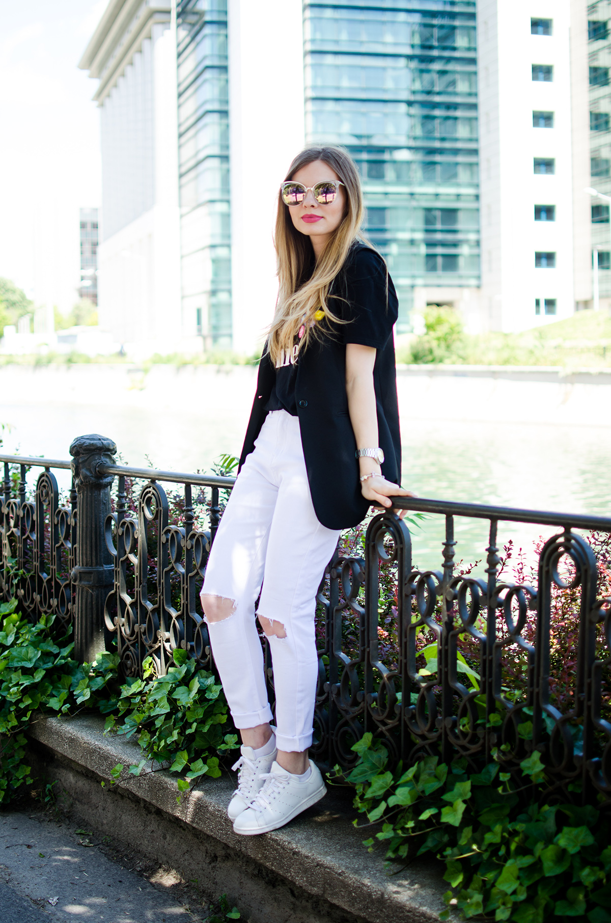 black-and-white-outfit-ripped-white-jeans-black-vest-colorful-pins-stan-smith (3)