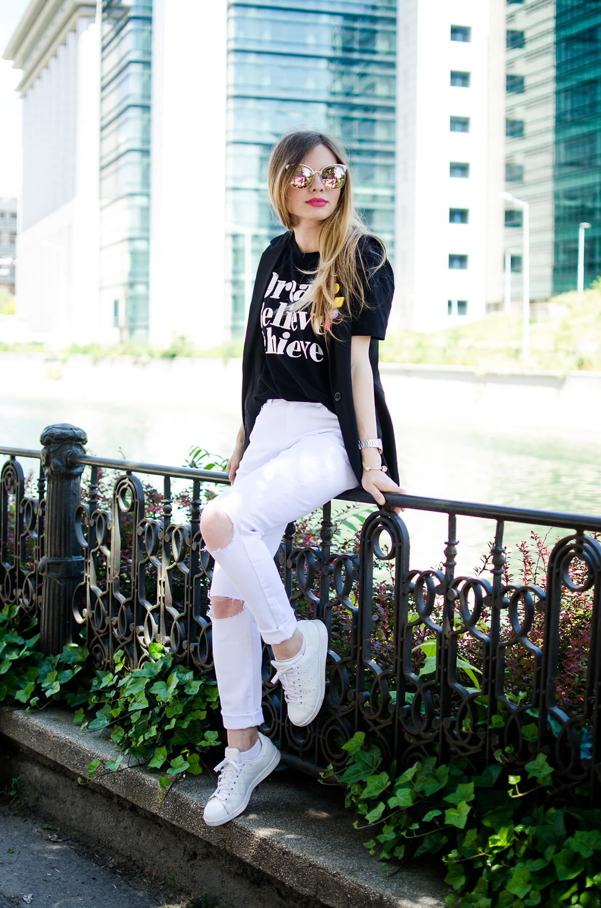 black-and-white-outfit-ripped-white-jeans-black-vest-colorful-pins-stan-smith (4)