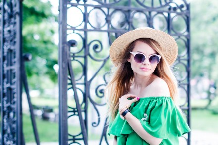 green-off-shoulder-dress-hm-straw-hat-strappy-shoes (6)