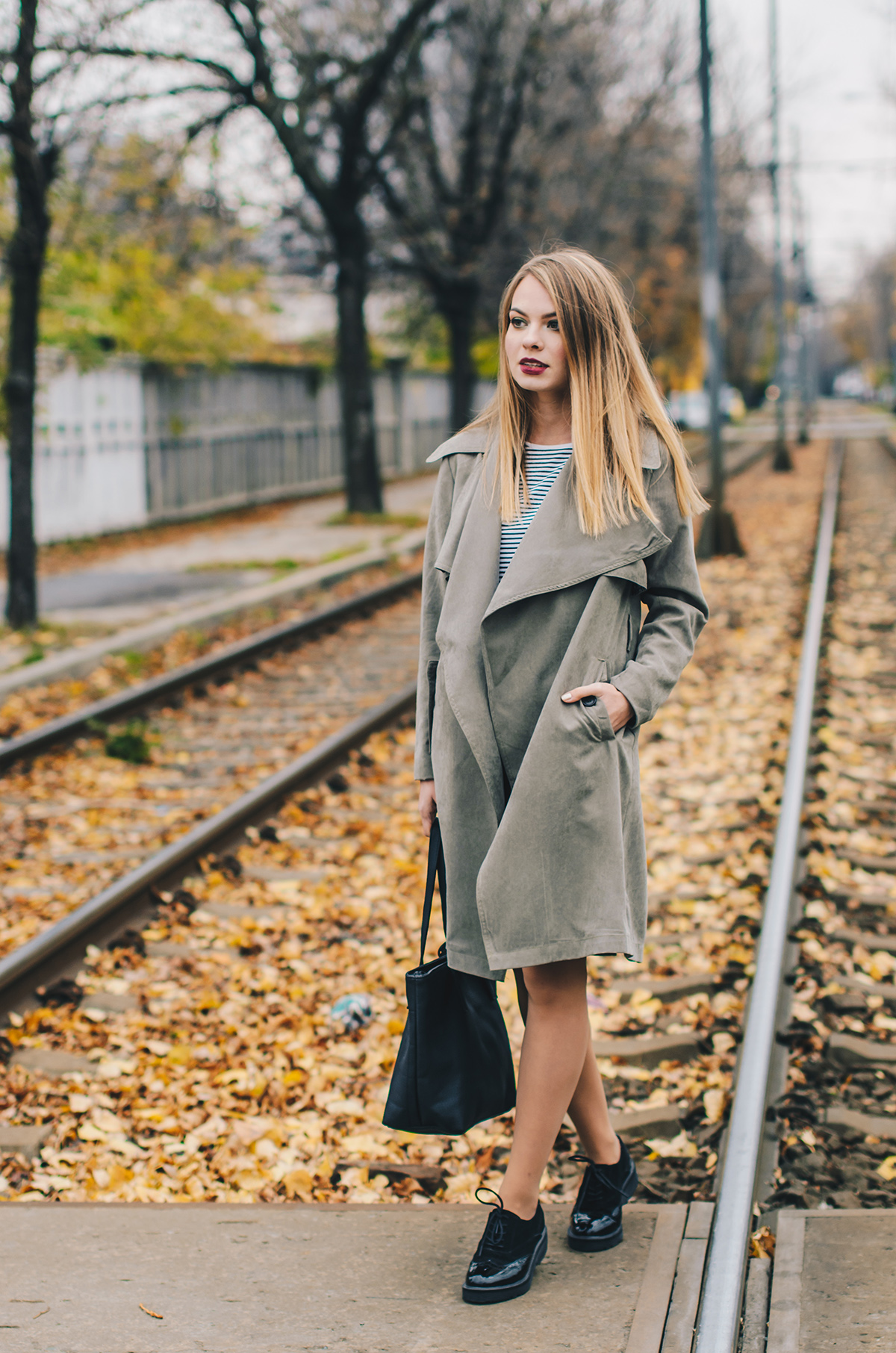 military-green-trench-coat-autumn-outfit-3
