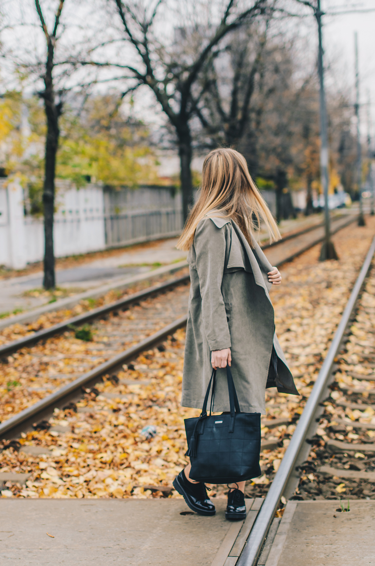 military-green-trench-coat-autumn-outfit-4