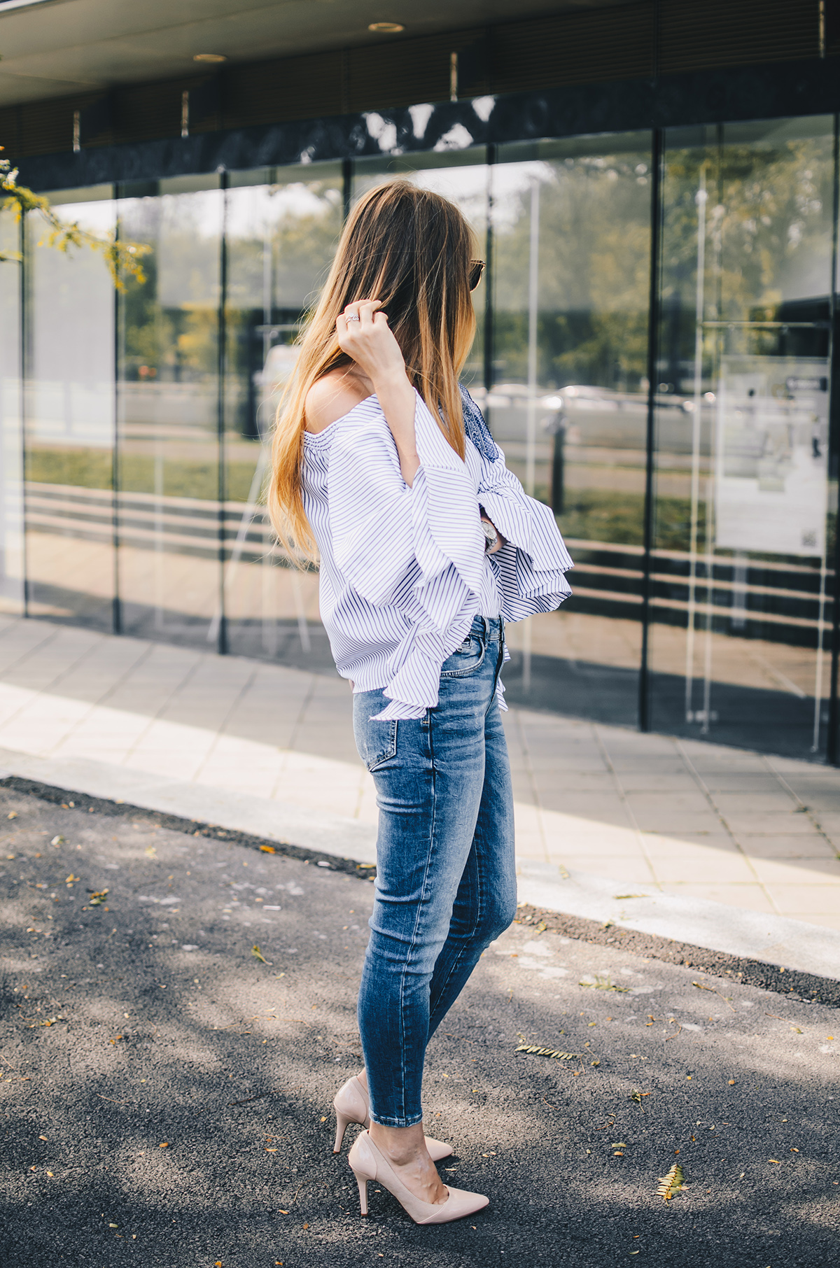 off-shoulder-ruffle-sleeves-zara-jeans-mirroredsunglasses-scarf-4