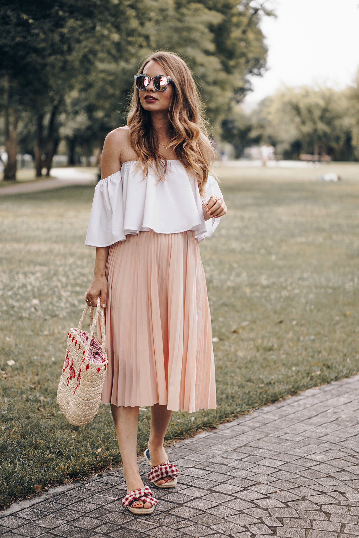 0ecc081f4616 Picnic outfit - the three must haves  a midi skirt
